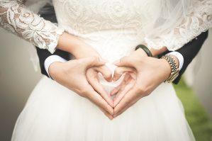 suknia ślubna i złożone dłonie